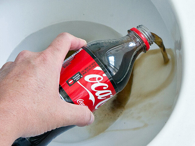 Кока-Кола чистит унитаз