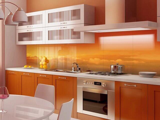 Какие бывают стеклянные фартуки для кухни